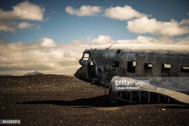 crashed dc-3 plane in iceland beach - airplane crash stock pictures, royalty-free photos & images