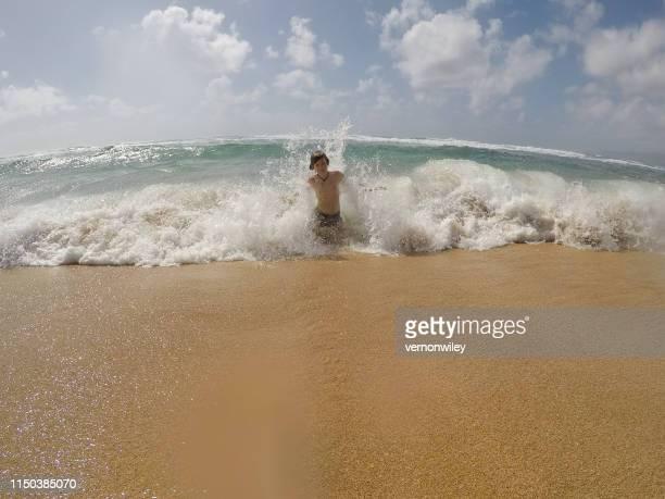 chocando contra mí - océano pacífico fotografías e imágenes de stock