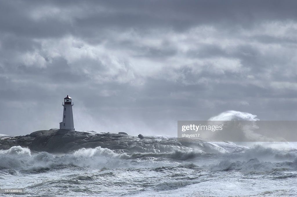 Phare de vagues déferlantes : Photo