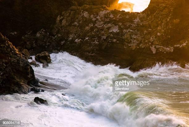 crashing waves - bras de mer caractéristiques côtières photos et images de collection