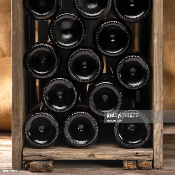 Holzkiste mit Wein Flaschen