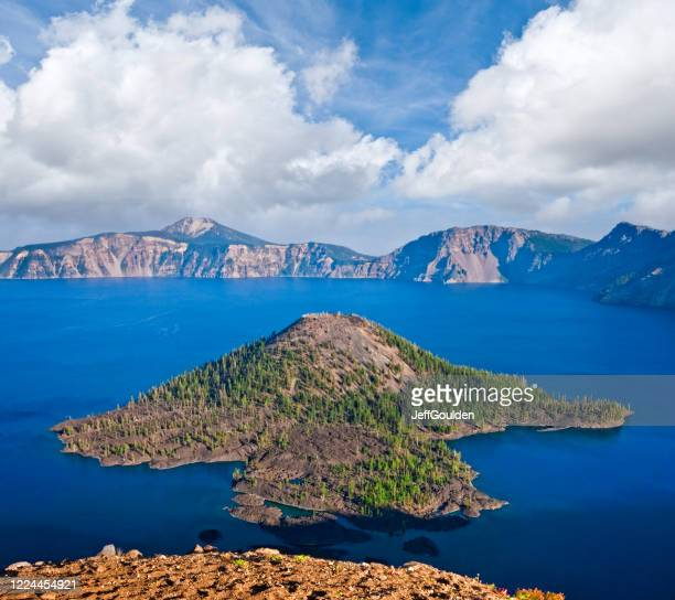 wizard island and crater lake - jeff goulden stock pictures, royalty-free photos & images