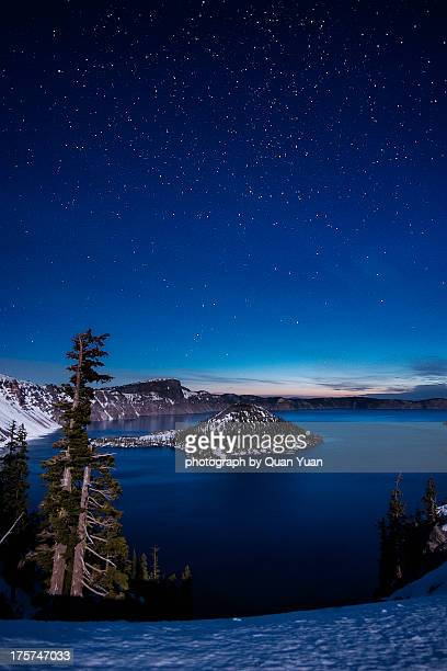 crater lake under stars - yuan quan stock pictures, royalty-free photos & images