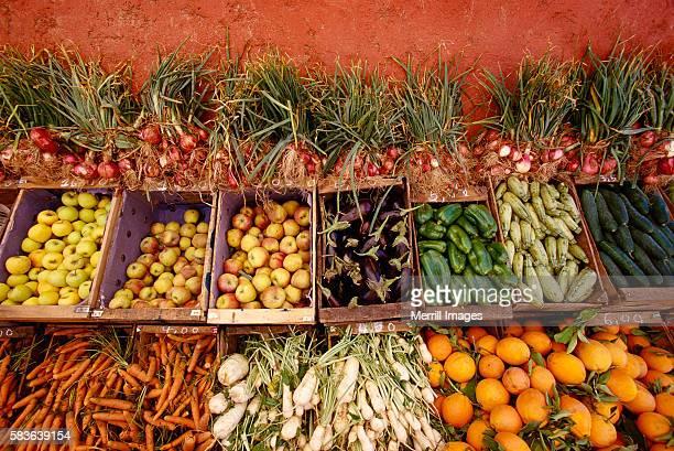 crates of fresh market vegetables and fruit - bancarella di verdura foto e immagini stock