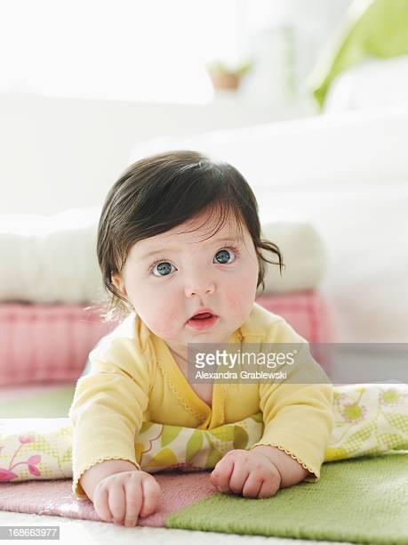 crawling baby with big eyes - brune aux yeux bleus photos et images de collection