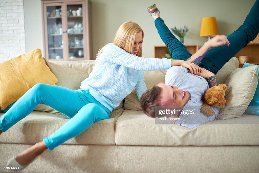 Verrückte Sofas verrückte spaß auf sofa stock foto getty images