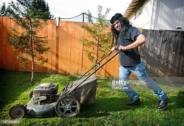 crazy rock and roll tondeuse à gazon homme - jardinier humour photos et images de collection