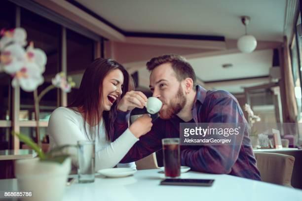 sonriente pareja tomando café en la mañana loco - linda pop fotografías e imágenes de stock