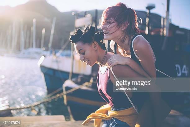 Crazy teen grunge Meninas piggybacking no porto