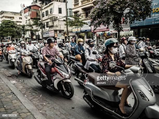 ベトナムのハノイでクレイジー トラフィック - ハノイ ストックフォトと画像