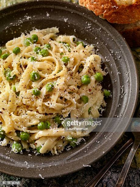 クリーミーな フェットチーネ とエンドウ豆とパルメザン添え - 副菜 ストックフォトと画像