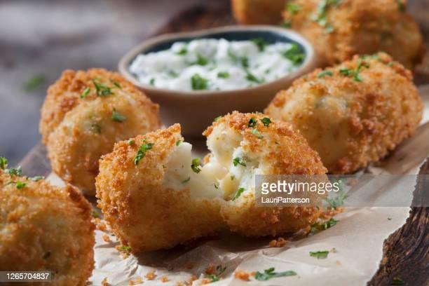 チーズとサワークリームディップのクリーミーなマッシュポテトコロッケ - ジャガイモ料理 ストックフォトと画像
