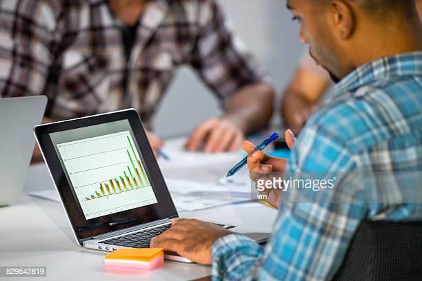 Créant une présentation sur un ordinateur portable