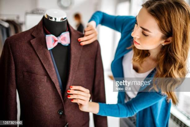 creating in fashion atelier - giacca foto e immagini stock