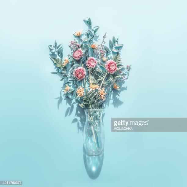 creative bunch of flowers arrangements in glass vase - 束 ストックフォトと画像