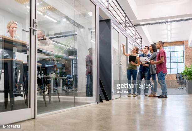 Réunion de création d'entreprise au bureau