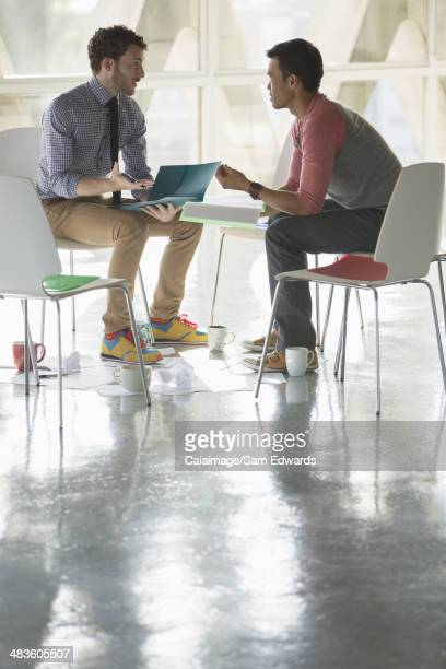 Des hommes d'affaires réunion circle de chaises