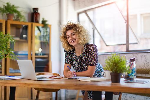 Creative businesswoman in office 1044132768