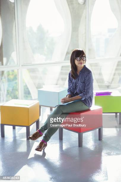 Coloré créatif Femme d'affaires attend sur un tabouret