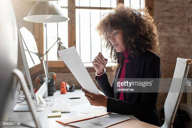 Creative femme d'affaires travaillant dans le bureau