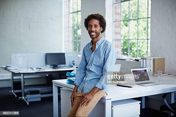 creative designer in modern office - pantalones azules fotografías e imágenes de stock