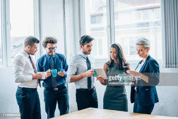 creatieve groep van mensen die een pauze in het kantoor - kantoorromance stockfoto's en -beelden