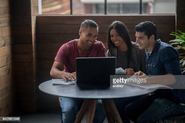 Groupe créatif, travaillant au bureau