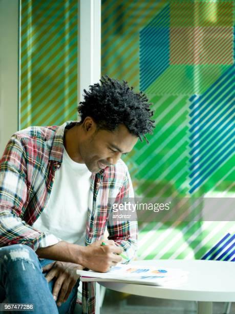 Kreative Menschen arbeiten bei einem Coworking space