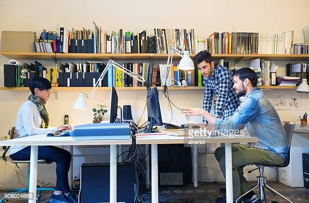Creativi che lavorano insieme all'avvio