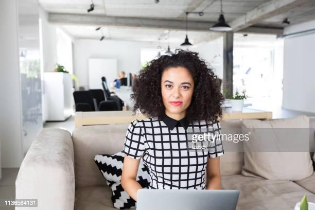 creative professional zittend op kantoor met laptop - izusek stockfoto's en -beelden