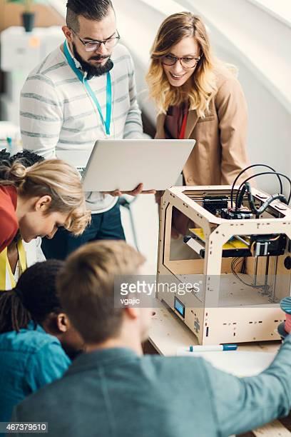 Creative équipe commerciale d'une Start-Up Brainstorming par imprimantes 3D.