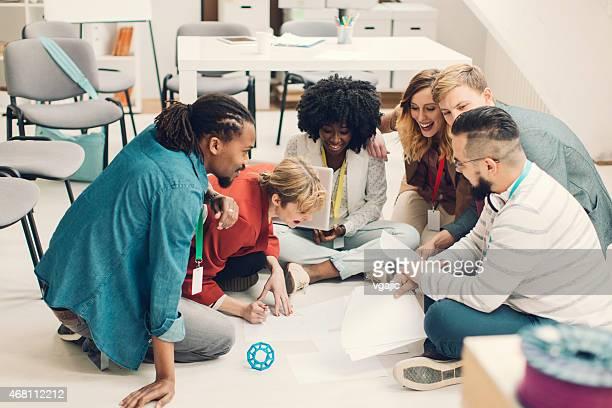 Équipe créative de Brainstorming sur le sol.