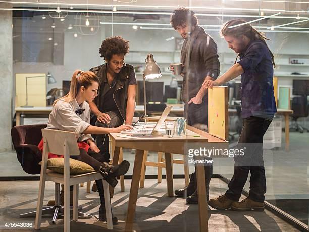 Équipe créative chargée de l'organisation d'un nouveau projet sur réunion au bureau.