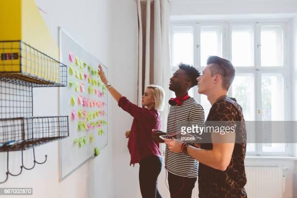 Creatief team dat werkt op nieuwe ideeën