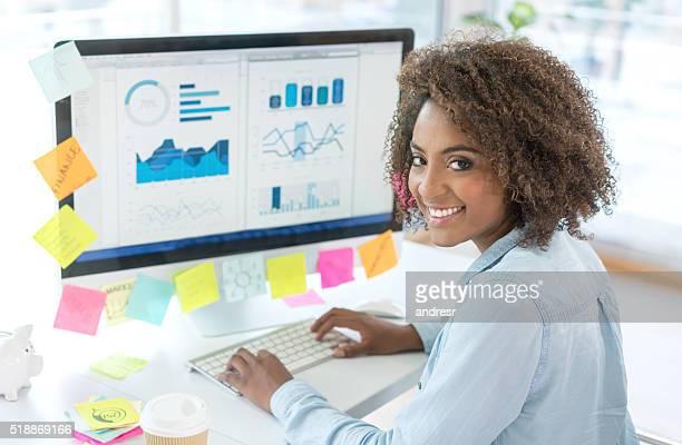 creative woman working at the office - analisando - fotografias e filmes do acervo