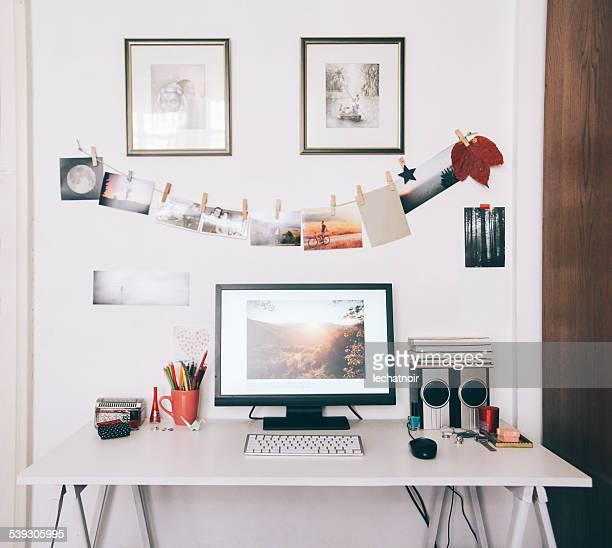 Kreative Arbeitsbereich mit Schreibtisch