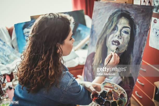 kreative junge künstlerin malt zu hause - ölgemälde stock-fotos und bilder