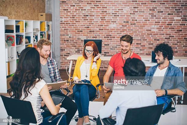 Kreative junge Geschäftsleute treffen.