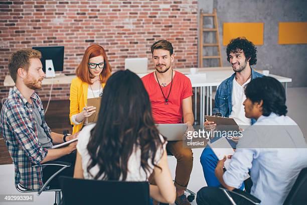 Criativos jovens negócios pessoas reunião.