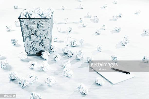 Bloque creatividad? Cantidad de bolas de papel arrugado decorada con piso blanco