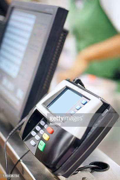 Máquina de la tarjeta de crédito en la tienda