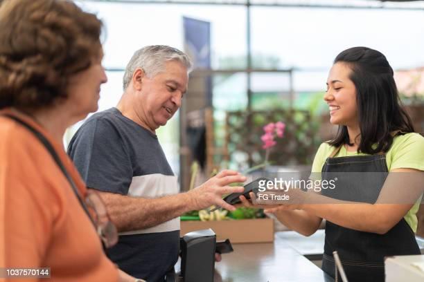 pagamento com cartão de crédito no check-out - loja - fotografias e filmes do acervo