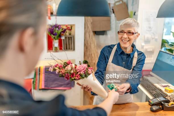 Pago de tarjeta de crédito en tienda de flores