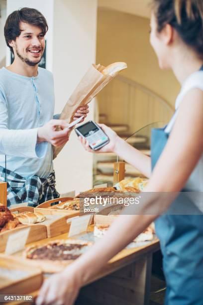 Zahlung per Kreditkarte in der Bäckerei
