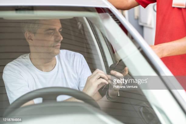 compra de cartão de crédito - gasolina - fotografias e filmes do acervo