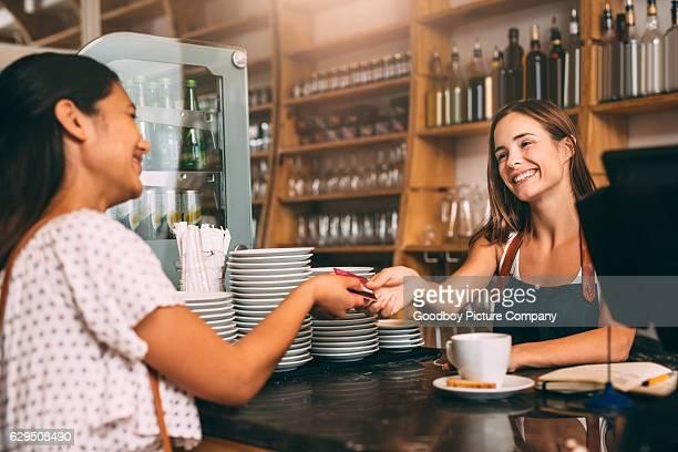 credit cards are welcome here - klanten georiënteerd stockfoto's en -beelden