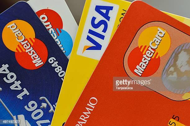 Pila di carte di credito, comprese visa, master e maestro