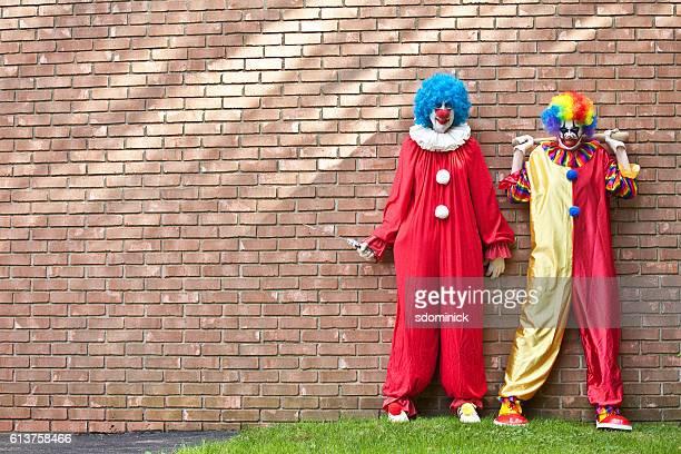 creepy clowns waiting for you - ピエロ ストックフォトと画像