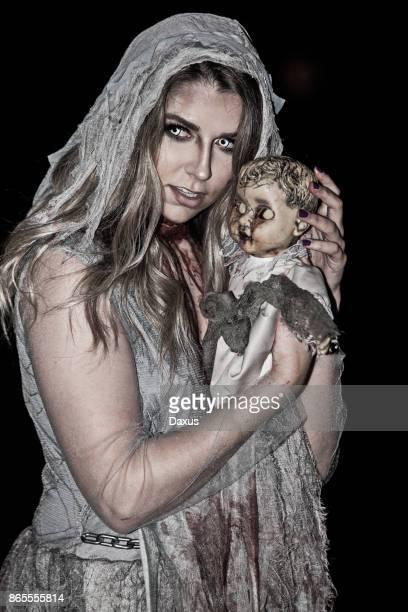 Gruselige Frau und Puppe