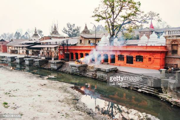 cremations at pashupatinath - pashupatinath stock pictures, royalty-free photos & images